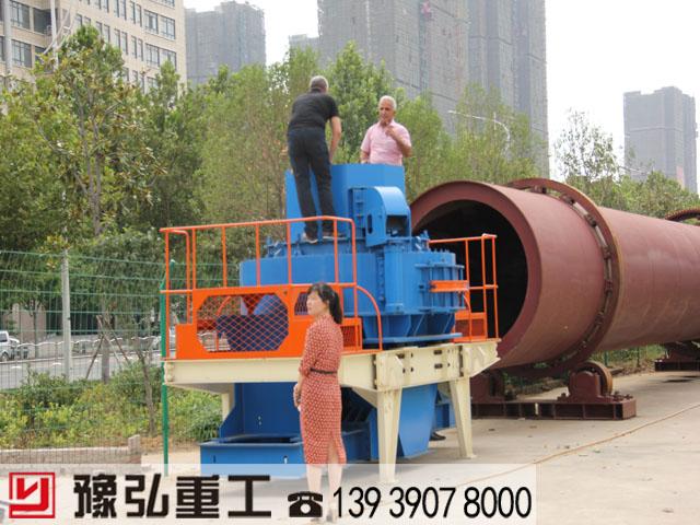 国外客户考察建筑垃圾粉碎机
